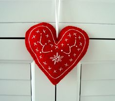 ✄ A Fondness for Felt ✄ DIY craft inspiration - darling red felt heart with embroidery by madgedesigns, etsy Felt Christmas, Christmas Ornaments, Christmas Ideas, Scandinavian Christmas, Scandinavian Design, Red Felt, White Embroidery, Felt Hearts, Felt Diy
