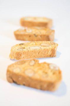Croquants aux Amandes - 2 œufs - 140g de sucre - 10g de sucre vanillé - zeste d'une orange - 1 pincée de sel - 1 CaC de bicarbonate de soude - 50g d'huile de pépin de raisin - 200g d'amandes non émondées - 280g de farine