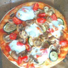 Pizza z cukinią, pieczarkami i pomidorkami cherry.  Już na blogu ! Vegetable Pizza, Vegetables, Food, Essen, Vegetable Recipes, Meals, Yemek, Veggies, Eten