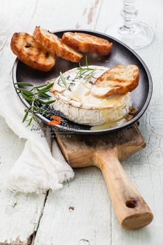 запеченный камамбер by Natalia Lisovskaya on Food and Recipes Baked Camembert, Camembert Cheese, Baked Brie, Easy Snacks, Easy Healthy Recipes, Glazed Pork Chops, Tomato Cream Sauces, Appetizer Recipes, Party Appetizers