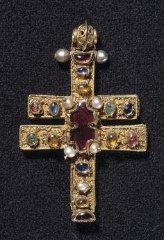 Roskildekorset. Byzantisk relikviekors fra 1100-årene. Fundet inde i hovedet på Kristus-figur fra Roskilde Domkirkes korbuekrucifiks. (Nationalmuseet)