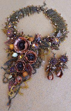 Nostalgia on the fly par Yuli-Ya Bead Jewellery, Seed Bead Jewelry, Jewelry Art, Seed Beads, Beaded Jewelry, Handmade Jewelry, Beaded Necklace, Bead Embroidery Jewelry, Beaded Embroidery