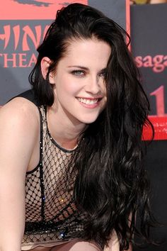 See pictures of Kristen Stewart's hair and make-up in Twilight and on the red carpet. Kristen Stewart hairstyles through the years. Robert Pattinson, Kristen Stewart Twilight, Kristen Stewart Pictures, Kirsten Stewart, Side Swept Hairstyles, Bob, Stella Maxwell, Style Outfits, Teresa Palmer