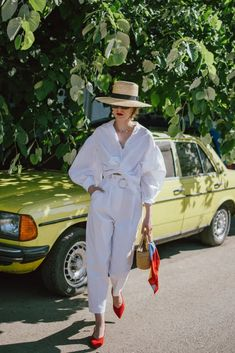 Come indossare la camicia bianca: il post definitivo | Vita su Marte Peg Trousers, White Trousers, Trousers Women, Culotte Pants, Cropped Trousers, Outfits With Hats, Mode Outfits, Fashion Outfits, Fashion Mode