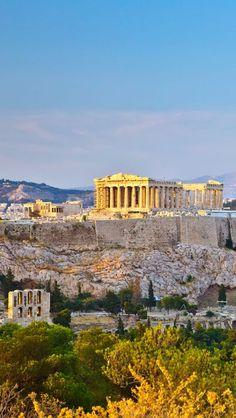 La acrópolis de Atenas puede considerarse la mas representativa de las acrópolis griegas. Situada sobre una cima, que se alza 156 metros sobre el nivel de mar.