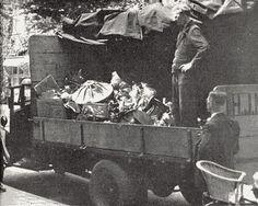 Op dit plaatje is te zien hoe de Duitsers de bezittingen van de joden innamen. De Duitsers verplichtten de joden om hun spullen in te leveren.