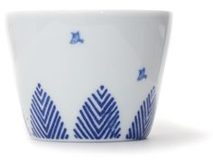 Inban Soba Cup Set of 5 - Contemporary soba 'choko' in indigo blue dye and white colour combinations. Not just beautifully proportioned, these soba 'choko' are very versatile and can be easily used as drinking vessels, ice cream cups, and many uses. φ76xH56mm 140ml. Toritoki- Bird and tree in woodland scene - Ref : AZKS00005. 29€