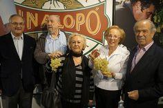 Pepe Bernabeu y sus amigos del Hondon de los Frailes    #uva #grape #embolsada #vinalopo #spain #alicante #natural