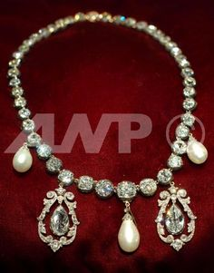 Spencer Diamond Collet Necklace. Spencer heirloom has five pendants - three pear pearls and a pair of diamond earrings. Diana wore it only with the central pearl pendant.