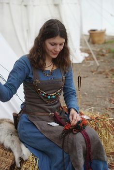 This is how I want my viking/medieval dress Medieval Dress, Viking Dress, Medieval Costume, Celtic Dress, Renaissance Costume, Vikings Art, Norse Vikings, Norse Clothing, Medieval Clothing
