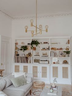 I have always admired Kate la Vie's style and beauty posts, but her home is beyond dreamy! The living room is simply a creative oasis and the kitchen is so bright and inviting. Living Room Shelves, Shelves In Bedroom, Living Room Sets, Living Room Decor, Rustic Bedroom Design, Home Decor Bedroom, Trendy Bedroom, Home And Living, Cozy Living