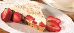 Jogurtista, valkosuklaasta ja mansikoita valmistuu hurmaava kakku.