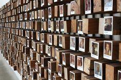 Jeder neue Mitarbeiter bekommt einen Platz im Flur - hier werden Polaroidfotos aller Airbnb-Mitstreiter gezeigt.