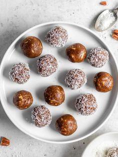 Vegan Carrot Cake Energy Balls (V/GF) - The Mindful Hapa Vegan Energy Balls, Energy Bites, Easy Snacks, Healthy Snacks, Healthy Eats, Superfoods, Vegan Carrot Cakes, Snickers Bar, No Bake Desserts