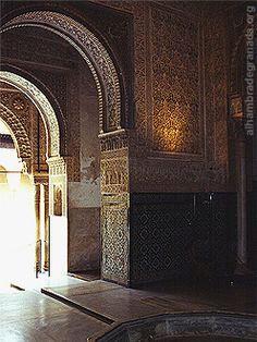 Información y fotos de la Sala de los Abencerrajes de la Alhambra. La Sala de los Abencerrajes se encuentra enfrente de la Sala de Dos Hermanas en el Patio de los Leones. Al parecer su nombre se debe a que en ella fueron degollados los caballeros Abencerrajes.