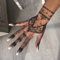 Seven Latest Tips You Can Learn When Attending Henna Style Hand Tattoos Henna Tattoo Hand, Hand Mehndi, Mehndi Mano, Henna Tattoo Muster, Muster Tattoos, Henna Hand Designs, Mehndi Designs, Tribal Henna Designs, Henna Tattoo Designs Simple
