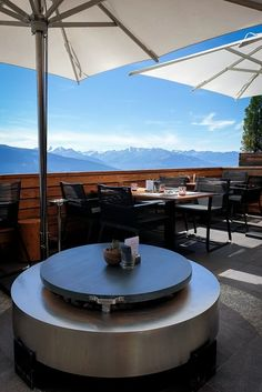 Hotel Crans Ambassador - markante Architektur im Chalet-Stil Bar Lounge, Design Hotel, Montana, Spa, Hotels, Das Hotel, Wallis, Patio, Outdoor Decor