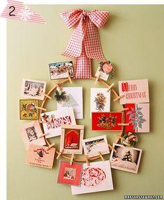 Depois faça um laço bem bonito para prendê-lo na porta, parede ou na sua árvore de natal. Nos grampinhos, prenda fotos de pessoas queridas! Assim você tem uma decor bem personalizada <3. Via.