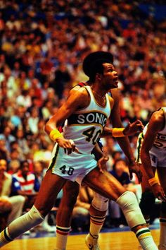 Marvin Webster of the Seatte Supersonics boxes out against Wes Unseld of the…