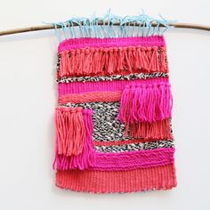 Easy and Simple DIY Wall Hanging Ideas - Amazing Wall Hanging Ideas to decorate the Home. These DIY Wall Hanging ideas are must to know for every girl and I am glad that I could find these DIY Wall Hanging Ideas and pinning for future reference. Weaving Wall Hanging, Wall Hangings, Yarn Crafts, Diy Crafts, Mummy Crafts, Finger Knitting Projects, Do It Yourself Decoration, Weaving Projects, Tear