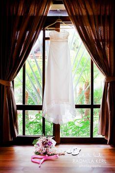 nice light summer wedding dress with flowers by (c) radmila kerl wedding photography munich leichtes sommerliches Hochzeitskleid, ideal für Strandhochzeiten