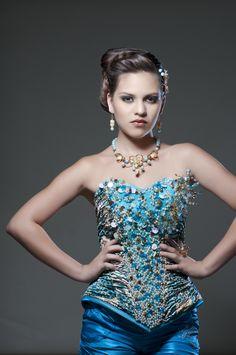 Juego de collar, aretes y anillo, en perla y cristal. www.alejandraaceves.com