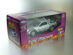 """Maqueta #Delorean la máquina del tiempo que transportó a Marty McFly, de la película Regreso al Futuro, de 1985 al 21 de octubre de 2015.Maqueta de la máquina del tiempo de la saga """"Regreso al Futuro"""". El modelo DeLorean DMC–12 esconocido como DeLorean, fue uncoche deportivo que fabricó la compañía DeLorean Motor Company (DMC)."""