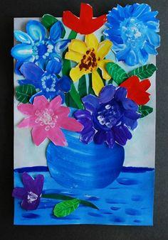 Een kunstwerk maken van een vaas bloemen die op een tafel staat, waarbij de vaas en de tafel worden geschilderd en de bloemen eerst op apart papier worden geschilderd en achteraf bij het kunstwerk worden gekleefd. Kinderen leren werken met dieptezicht en overlapping.