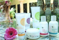 The all-round care package for your skin. These superbly matched products are presented in a decorative box and contain pure aloe vera gel, special plant extracts, pH-balanced fruit acids with jojoba and apricot kernel oil and fat-soluble vitamins. Forever Living Aloe Vera, Forever Aloe, Multi Maca, Natural Aloe Vera, Beauty Regime, Facial Cream, Forever Living Products, Aloe Vera Gel, Cleanser