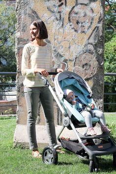 """Nina beim """"strollen"""" mit Töchterchen Jenna"""