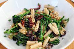 pasta with broccolini, sundried tomatoes, olives + basil Gluten Free Pasta, Vegan Gluten Free, Gluten Free Recipes, Vegan Pasta, Vegan Food, Best Vegetarian Recipes, Healthy Recipes, Crystalin Marie, Veggie Delight