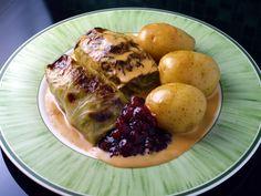 Recipe: Swedish cabbage rolls (kåldolmar) with cream sauce and lingonberry jam