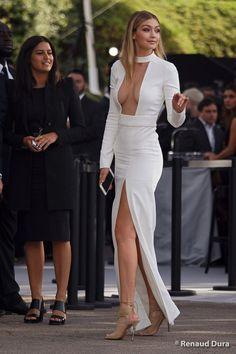 Gigi Hadid in all white 😍 Gigi Hadid Nude, Gigi Hadid Style, Bella Hadid Sister, Sexy Dresses, Nice Dresses, Gigi Hadidi, Elegant Woman, Celebrity Style, Dress Up
