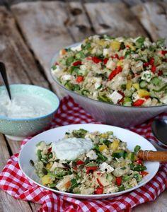 Kyllingsalat med quinoa & fetaost - LINDASTUHAUG Frisk, Crunches, Pesto, Cobb Salad, Quinoa, Bacon, Food, Spinach, Red Peppers