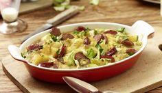Weich gekochter Spitzkohl, Kartoffeln, würziger Bergkäse und sämige Schlagsahne brauchst du für das Spitzkohl-Kartoffel-Gratin. Für die nötige Würze sorgen die schmackhaften Cabanossi.