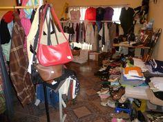 Organizar ventas de garaje donde vendas a precios bajos ropa, artículos del hogar o juguetes, puede ayudar a obtener otros ingresos.