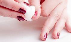 Ξέμεινες από ασετόν; Να ένας πολύ απλός και αποτελεσματικός τρόπος να ξεβάψεις τα νύχια σου!