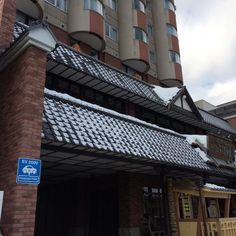 역사적인 가로경관 보전을 위해 현대식 건물을 신축할 때에도 1층은 디자인과 자재를 이웃 건물과 비슷한 이미지를 연출하고 닻을 전시해놓았다. 홋카이도 오타루시 운하 건너편 도로변에서.