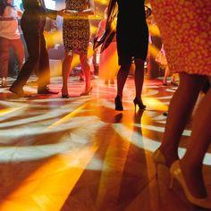 Kolorowy zawrót głowy na takim weselu każdy może zostać królem parkietu :-D . #slub #ślub #wedding #dance #weddingideas #pieknydzien  #fineartwedding #weddings #luxury #fineartlifestyle #followme #instawedding #taniec #luxurywedding #pictureoftheday #slubnaglowie #tiffany #fineartweddings #featurememagrouge #stylemepretty #jimmychoo #koncert #fotografslubnykrakow #fotografslubnywarszawa #pałacgoetza #muzyka #weddinginitaly #weddinginspain #jamstudiopl