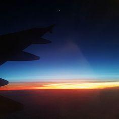 Appena salgo su un aereo mentre gli assistenti di volo spiegano le procedure io mi addormento. Così subito. Al massimo aspetto il decollo ma poi crollo sempre (non sono di buona compagnia negli spostamenti). Poi però dopo un'oretta di pennichella in una posizione improbabile dolori articolari o bambini urlanti (sempre) mi svegliano mi guardo intorno e cerco di far passare il tempo. Oggi ho aperto gli occhi e ho visto questo. Pas mal. . . .  #sky #sunset #clouds #red #light #fly #flight #blue…