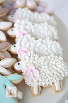 Easy Easter Cookies For Kids: The Best decorated Easter cookies recipes. Are you after bunny shaped Easter cookies ideas? If so, you have to try these simple Easter cookies with royal icing, chocolate and more. Cookies For Kids, Cute Cookies, Cupcake Cookies, Baby Cookies, Baptism Cookies, Flower Cookies, Heart Cookies, Iced Cookies, Royal Icing Cookies