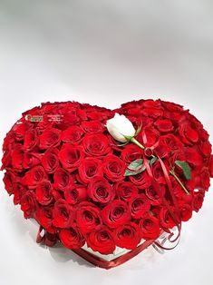 Aranžman srce sa 101 ružom Love Rose Flower, Beautiful Rose Flowers, All Flowers, Valentine Day Table Decorations, Red Rose Bouquet, Flower Letters, Valentine's Day Diy, Flower Boxes, Love Gifts