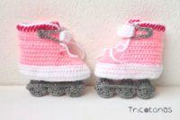 Patines de crochet para bebé Patines para niña de ganchillo de color rosa blanco y gris .