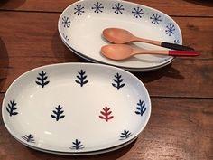 波佐見焼の新作オーバル皿が入荷です。同じ形でタイプの違う2柄です。渕にグレーと青の結晶模様とひとつだけ赤いのがポイントの木立柄。どちらも和洋問わずに使えるオシャレなデザインですね。カレーやパスタ、ワンプレートなど活躍するサイズです。楕円だと