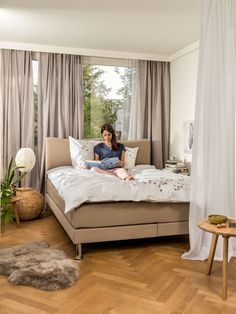 Micasa Schlafzimmer mit Boxspring Bett Interior Design Living Room Warm, Living Room Colors, Home Goods, Toddler Bed, Rustic, Cool Stuff, Furniture, Bedrooms, Home Decor