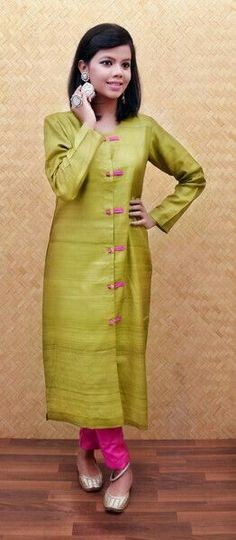 Kurtis has become a very integral outfit it Indian fashion industry. From parties to casual wear for your work every day, Kurtis has become a big fashion statement. The ease of collaborating bright hues with Trendy Dresses, Casual Dresses, Fashion Dresses, Casual Wear, Kurta Patterns, Dress Patterns, Salwar Designs, Blouse Designs, Indian Attire