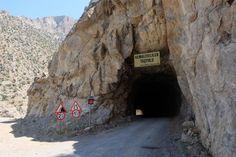 Kemaliyeliler taş yolu/Erzincan/// Erzincan'ın Karanlık Kanyonu Kemaliye ilçesinin hemen yanıbaşında yer alıyor. Kanyon boyunca devam eden yolda irili ufaklı birçok tünel var. O tüneller, yıllarca ilçenin ulaşımı için kullanılmış. Yapımı insan gücüne dayanıyor.