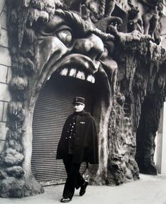 L'enfer by Robert Doisneau (1952) Been here! Well outside of here!
