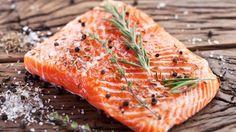 """Ganz vorne dabei in Sachen Omega-3-Spender sind fettreiche Kaltwasserfische wie der Lachs. Er enthält zwar """"nur"""" einen Anteil von rund zweieinhalb Prozent an den hirngesunden Fettsäuren. Dafür liegen sie in einer für den menschlichen Körper besonders gut verwertbaren Form vor."""