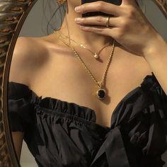 𝙟𝙚𝙣𝙣𝙞𝙚 - 𝙖𝙚𝙨𝙩𝙝𝙚𝙩𝙞𝙘 December 02 2019 at fashion-inspo Black And Gold Aesthetic, Classy Aesthetic, Aesthetic Vintage, Aesthetic Photo, Aesthetic Girl, Aesthetic Clothes, Black Aesthetic Fashion, Bijoux Design, Accesorios Casual
